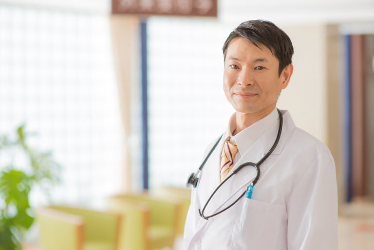 微笑む医師