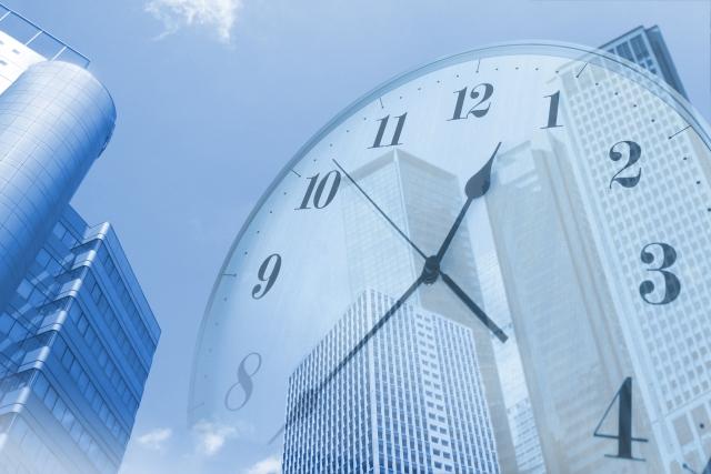 オフィス街と時計