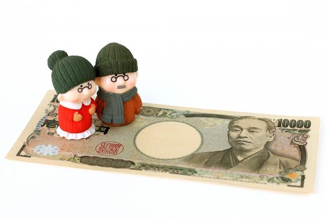 一万円札と老夫婦の人形
